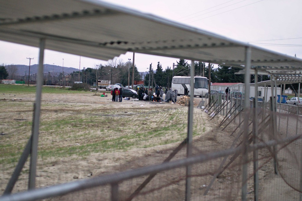 Refugees outside the closed camp that arrived in Idomeni by bus